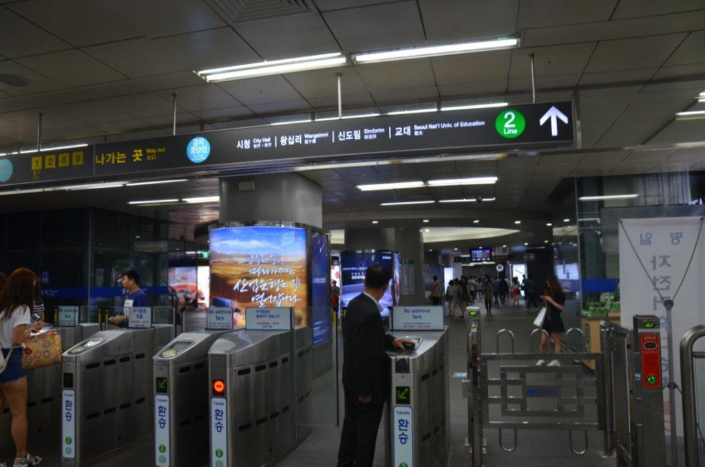 空港から市内へは、どう移動する?